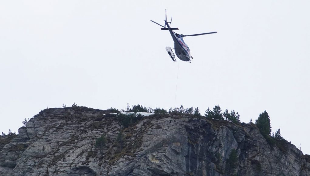Klettersteig Gerlossteinwand : Zwei frauen mittels tau aus klettersteig gerlossteinwand geborgen